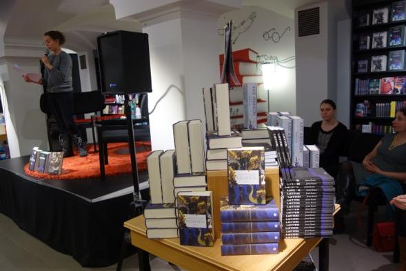 Palkintojenjako järjestettiin ensimmäistä kertaa Suomalaisessa Kirjakaupassa, joka oli todella panostanut mainostamiseen, esillepanoon ja tarjouksiin. Kiitos Aleksin Suomalainen Kirjakauppa: Heidi Reyes ja Susanna Mustala!