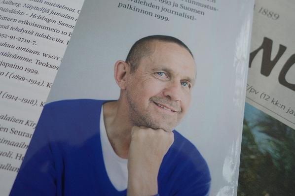 Antti Blåfield on toiminut Helsingin Sanomien toimittajana 70-luvulta lähtien. Hänet on palkittu mm. Suomen Kuvalehden journalistipalkinnolla vuonna 1999.