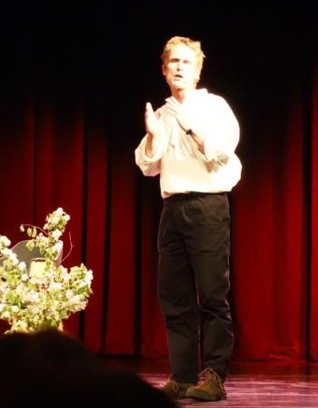Peter Hoeg veti lavala suvereenisti stand-upia ja rumbaa.
