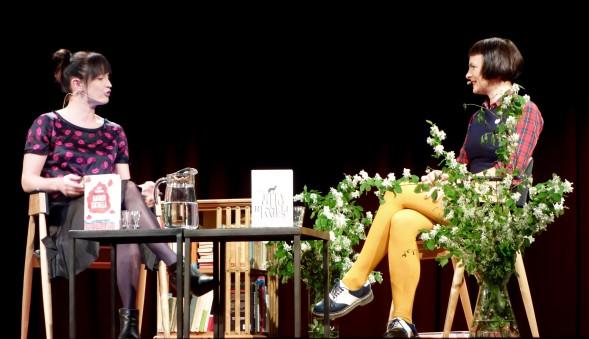 Hurmaavat naiset lavalla: Maija Vilkkumaa ja Emma Hooper!