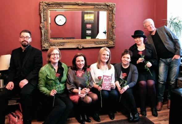 Kosmos oli kutsunut kirjabloggareita tapaamaan Leena Paasiota. Kosmoksen perustajat Mikko Aarne (vas) ja Pekka Ruuska (oik).