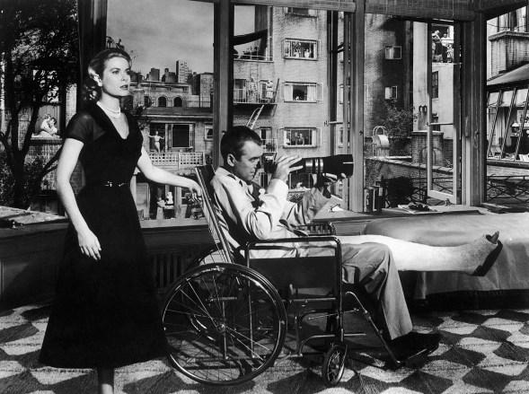 Kirjan nimi viittaa Hitchcockin elokuvaan Takaikkuna (The Rear Window), jonka pääosissa olivat Grace Kelly ja James Steward
