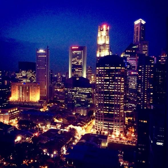 SiSun lukupiiri kokoontuu The Cliftin 31. kerroksen terassilla ja näkymät ovat singaporelaisen upeat.