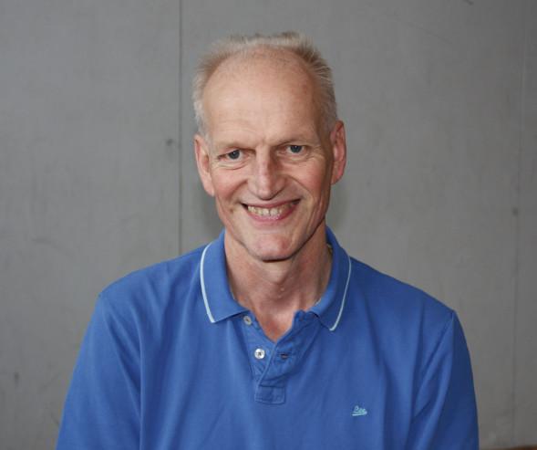 """Jari-Pekka """"Gene"""" Keurulainen on toiminut pitkään Suomen jalkapallomaajoukkueen johdossa valmentajana ja fysioterapeuttina."""