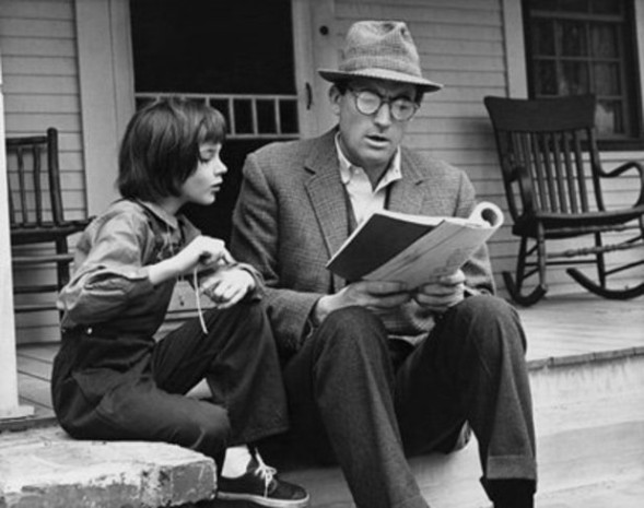 Scout ja Atticus (Gregory Peck) To Kill a Mockingbird -elokuvaversiossa.