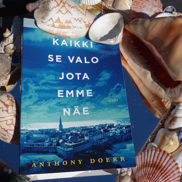 Kirjan kannessa on Saint-Malon uudelleenrakennetun kaupungin kuva. Simpukoillakin on kirjassa roolinsa.