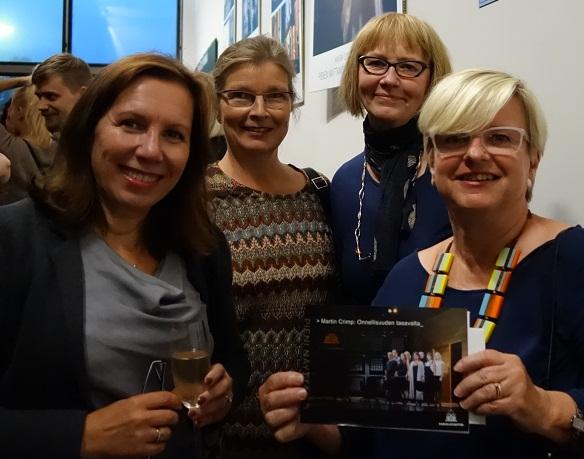 Kirsi, Minna, Pirjo ja Airi suosittelevat tutustumaan Kansallisteatterin Onnellisuuden tasavaltaan.