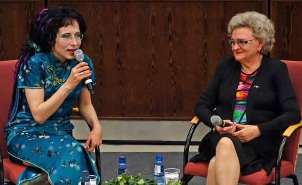 Sofi Oksanen ja Laila Hirvisaari