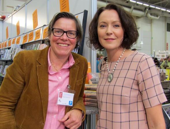 Jenni Haukio sai Lena Anderssonin signeerauksen ostamaansa Vailla henkilökohtaista vastuuta -kirjaan.