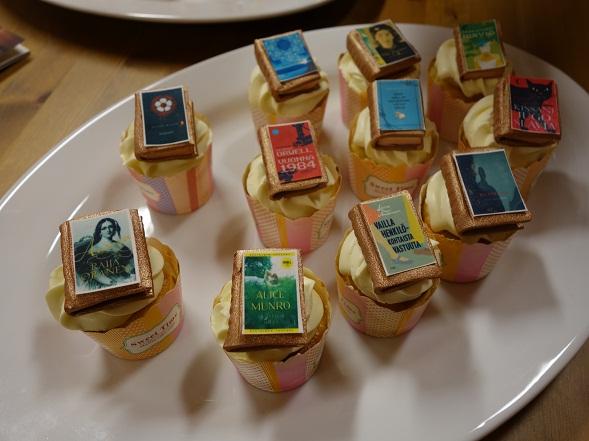 Kirjoista voi joskus nauttia näinkin. Syntymäpäivän kunniaksi kuppikakut olivat saaneet koristeekseen vuoden aikana yhdessä luettujen kirjojen kansikuvat.