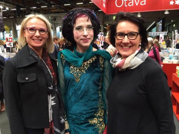 Sofi Oksanen kohtasi Kirsin Book Clubin Piian ja Maija-Riitan Helsingin Kirjamessuilla 2015.
