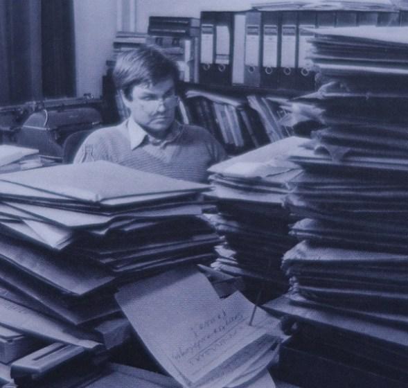 Nuorta kustannustoimittajaa odotti Otavassa 400 käsikirjoituksen pino. Pinoja riitti myöhemminkin. Kirjan kuvistusta.