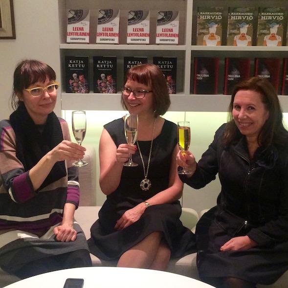 Pääsin kilistämään Pauliina Suden (keskellä) ja Tammen kustannustoimittaja Petra Maisosen (vas) kanssa.