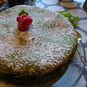 Sadan vuoden yksinäisyyden kansipaperi on Suomessa ollut joko punainen tai vihreä. Samat sävyt olivat Pirjon leipomassa kakussa.