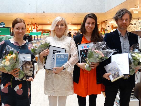 Blogistanian palkitut vasemmalta: Marja Saari Bazarilta edusti edesmennyttä William, Stonerin kirjoittajaa, ruotsalainen Bea Uusma, Naparetki - rakkauteni kirjoittaja, Siiri Enoranta Surunhauras, lasinterävä kirjoittaja sekä Jussi Tiihonen Teokselta, Laura Lindstedtin ja Oneironin edustajana.