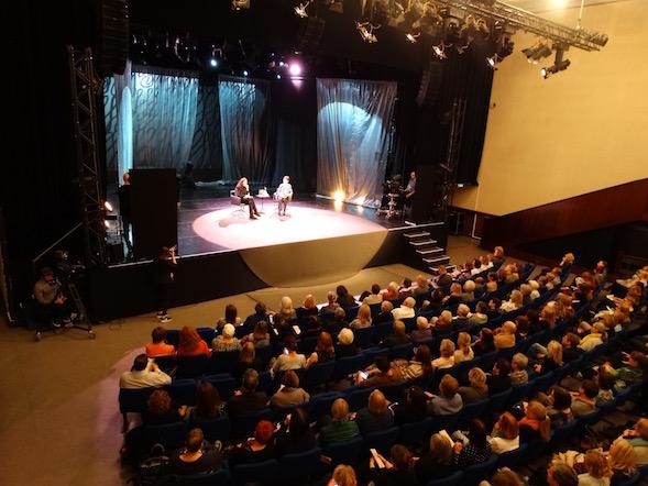 Savoy-teatterin sali on täynnä molempina Helsinki Lit -päivinä.