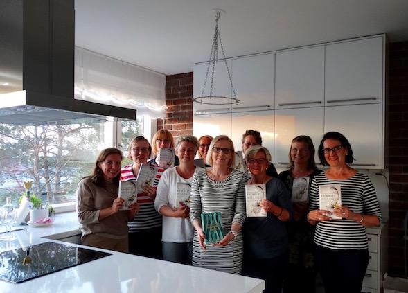 Toukokuun lukupiirin osallistujat Titin kauniissa keittiössä Haukilahdessa.