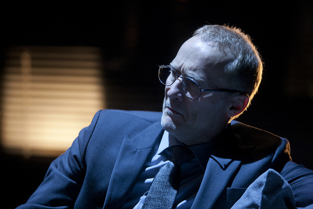 Timo Tuominen tekee hienon roolityön hajoavana toimitusjohtajana, mutta hienoa tekee muukin näyttelijäryhmä. Kuva Kansallisteatteri/Stefan Bremer.