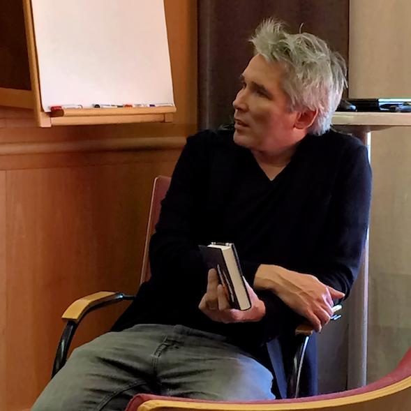 Miika Nousiainen kuunteli lukupiirin kommentteja.