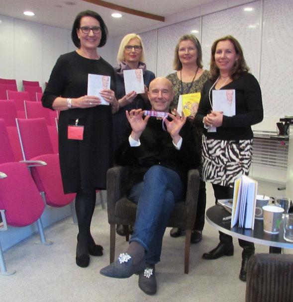 Markin ympärillä Maija-Riitta Mustonen (vas.), Marja Castrén, Minna Väisälä ja Kirsi Ranin.