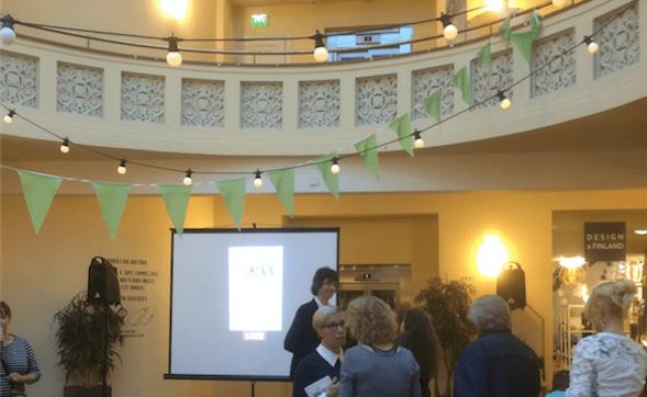Cafe Köket Senaatintorin laidalla tarjosi julkaisutilaisuudelle hienot puitteet.
