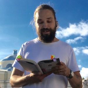 Jukka Viikilä luki kirjaansa ja tutustutti Engelin rakennuksiin.
