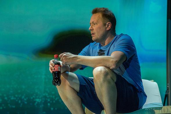 Hammaslääkärin velipuoli Pekka Kirnuvaara haluaa löytää isänsä. Pekkana näyttelijä Esa-Matti Long.