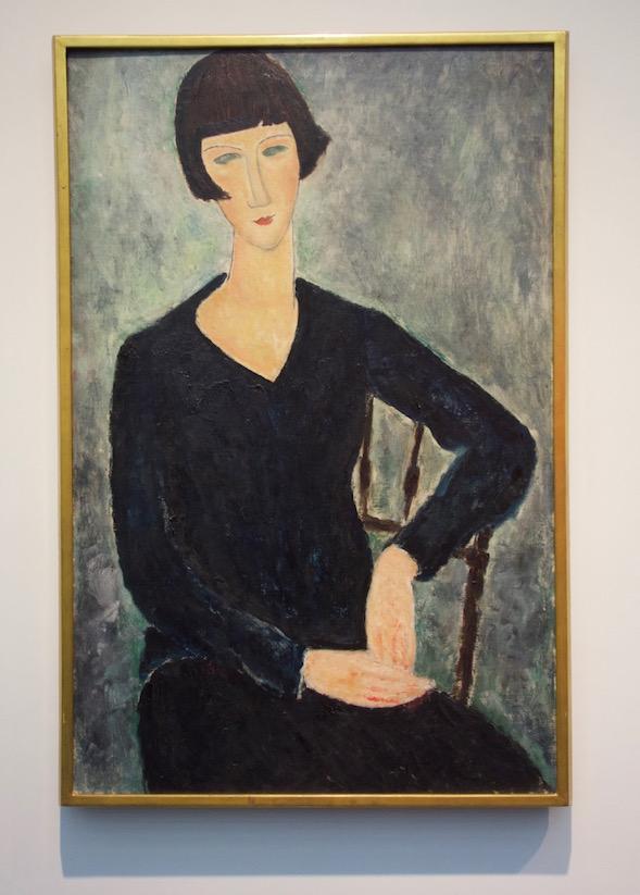Pitkä kaula ja tyylitellyt piirteet. Modigliani ei maalannut suoraan mallista, vaan halusi luoda uudenlaista kauneutta muistista.