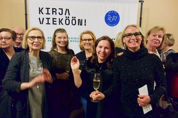 Tauolla oli mahdollisuus tavata tuttuja ja vaihtaa mielipiteitä jo kuullusta. Vasemmalta Marja, Minna Eija, Kirsi ja Piia.