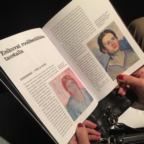 Käsiohjelmassa oli kuvat Tajun äidistä Helmi (Mirri) Sallisesta Tyko Sallisen (vas.) ja Jalmari Ruokokosken (oik.) maalaamina.