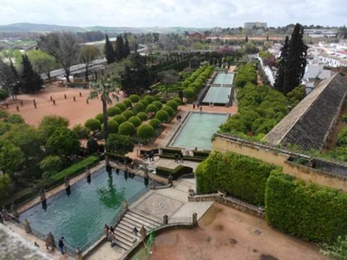 Taman Alcazar of Cordoba, alqazar dari bahasa Arab al-qashru yang artinya istana
