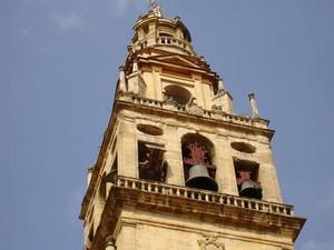 Menara masjid yang sudah ditambahi lonceng-lonceng katedral