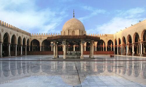 Masjid Amr bin al-Ash di Kairo. Masjid ini adalah masjid pertama yang dibangun di benua Afrika, pada tahun 21 H/641 M