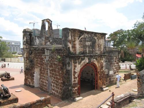 Porta de Santiago A Famosa. Ini adalah gerbang benteng peninggalan Portugal yang terletak di Malesia.
