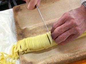 園食堂 店主による麺の裁断