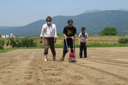 中学生は大豆の播種機にも挑戦してみました(2020年6月9日)