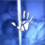 Rémisztő videó: Felvette a babafigyelő, amint életrekelt a kisgyerek plüssmacija