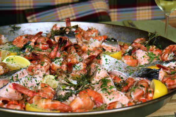 Mediterrane Garnelenpfanne mit Weißweinsauce vom Grill