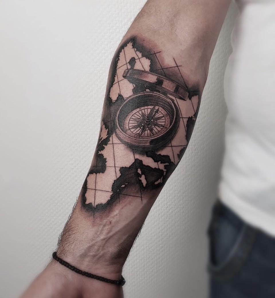 татуировка компаса с картой на предплечье мужчины фото рисунки