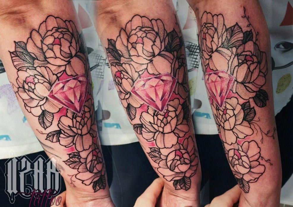 татуировка на предплечье у парня бриллиант и пионы фото рисунки