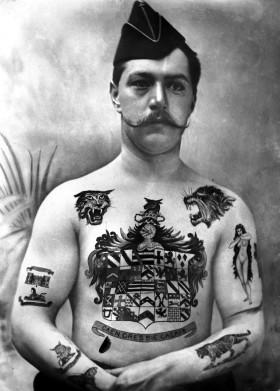 Datovania chlap s tetovaním