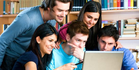 Обучающиеся смотрят крус на ноутбуке