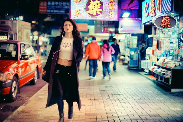 Девушка на улице китайского города
