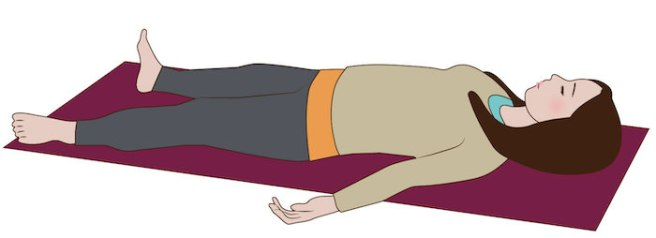 寝て、深呼吸をしている女性