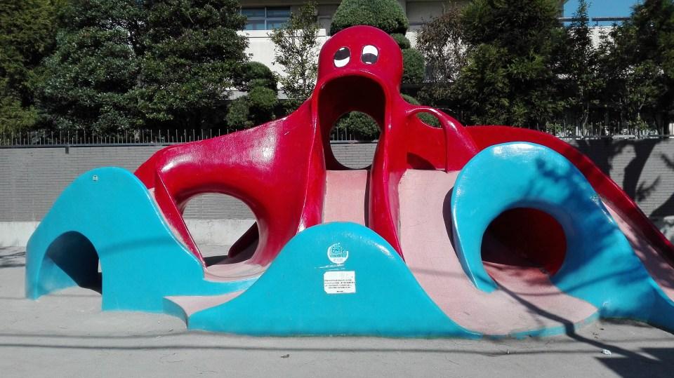 北千住の公園 千住ほんちょう公園 赤いタコすべり台