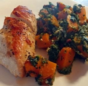 Low Carb und highly Delicious! Hähnchenbrust im Kräuterrub mit Rahmspinat Kürbis Auflauf und Schafskäse