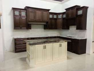 Mixed kitchen cabinets and countertops