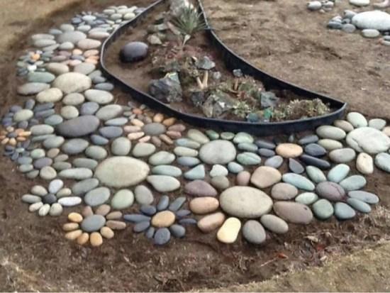 Un'idea semplice ma molto graziosa per realizzare un mosaico in una zona del prato