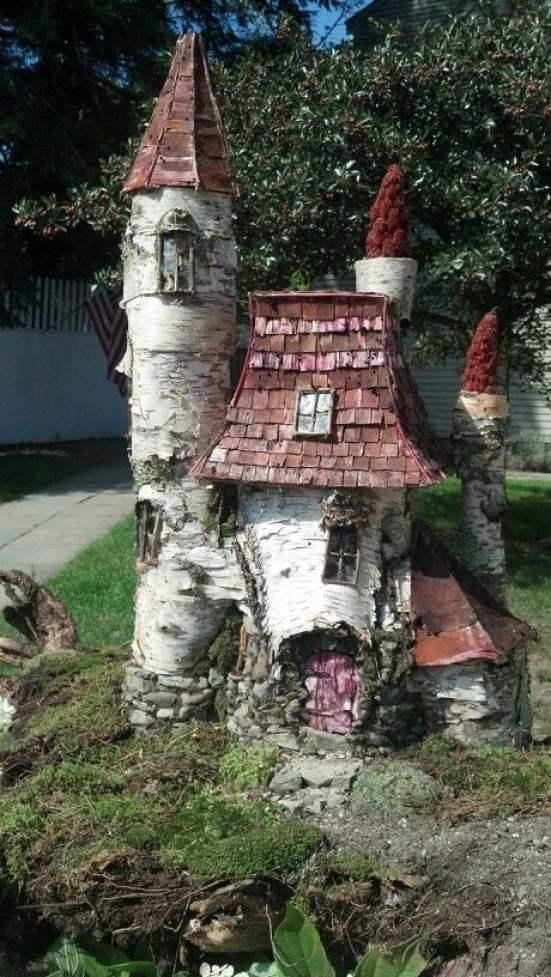 un castello da favola realizzato trasformando alcuni tronchi di betulla attraverso il fai da te