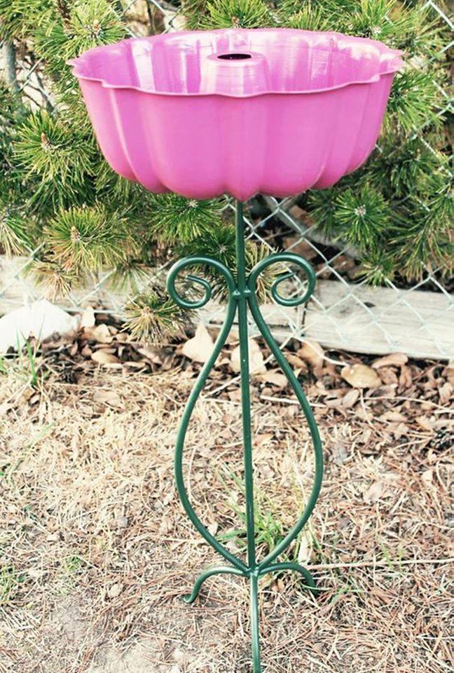 Make a Bird Bath using a Bundt Pan & Plant Stand...these are the BEST Yard Art & Garden Ideas!